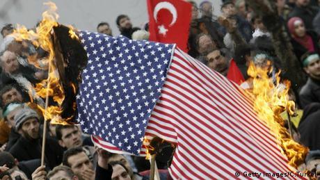 Demonstranten verbrennen eine Amerikanische Flagge (Getty Images/C.Turkel)