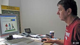 Manfred Schulte bei derArbeit am Computer, Foto: Thomas Klein