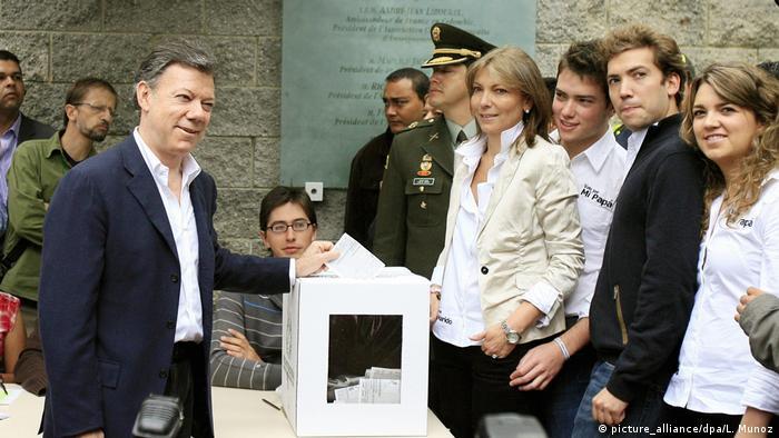 Kolumbien Juan Manuel Santos mit Familie 2010 (picture_alliance/dpa/L. Munoz)
