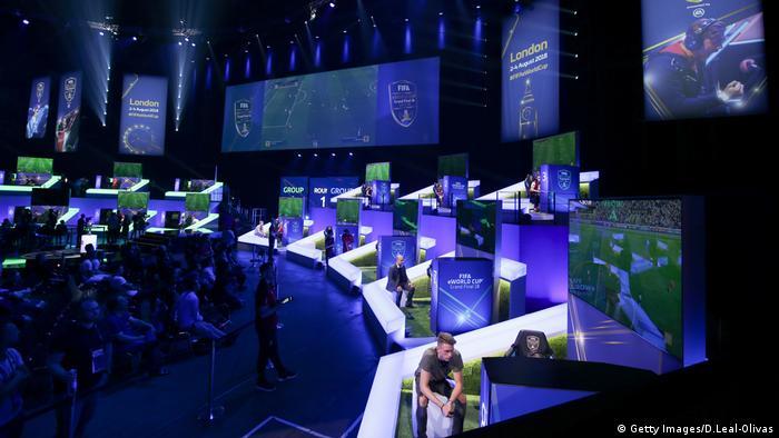 In den Gruppenphasen des Grand Finals des FIFA eWorld Cups treten die Spieler auf den Spielkonsolen von Microsoft Xbox und Sony Playstation gegeneinander an. (Getty Images/D.Leal-Olivas)