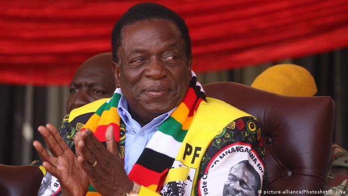 A smiling Emmerson Mnangagwa, wearing a ZANU-PF scarf, Präsident (picture-alliance/Photoshot/S. Jusa)