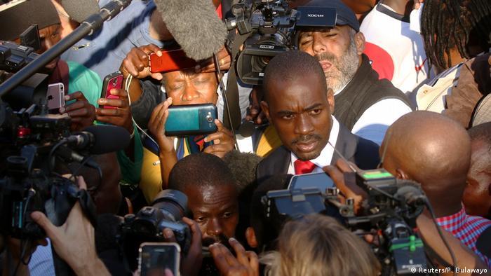 Le chef de l'opposition zimbabwéenne conteste la victoire du président Emmerson Mnangagwa à la présidentielle du 30 juillet au Zimbabwe. Le 15 septembre 2018, il se fera symboliquement investir président légitime du pays par le peuple.