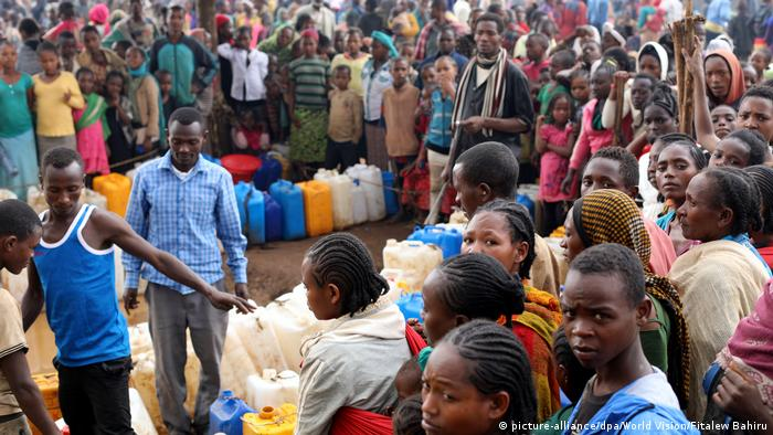 Displaced persons line up to collect water and supplies in Ethiopia (picture-alliance/dpa/World Vision/Fitalew Bahiru)