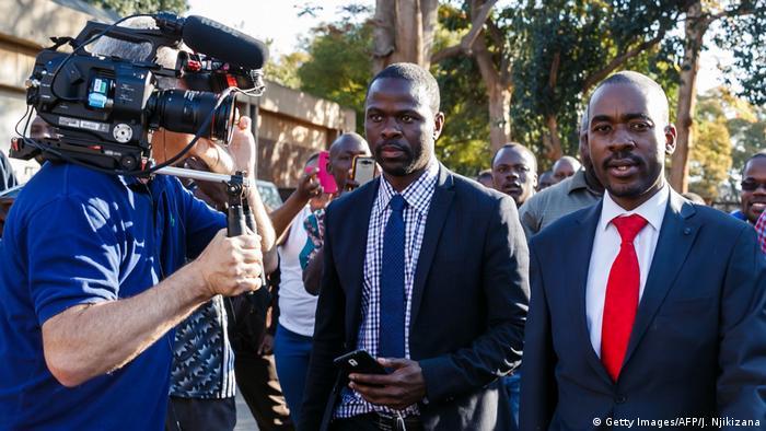 Simbabwe Ausschreitungen nach Wahlen Nelson Chamisa Krankenhaus Besuch (Getty Images/AFP/J. Njikizana)