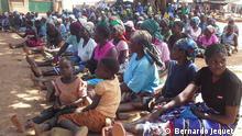Dorf in der mosambikanischen Provinz Manica: Dorfbewohner wohnen Aufklärungskampagne zum Thema Kinderehe bei. Organisatorin ist u. a. die NGO Save the Children. 27.07.2018