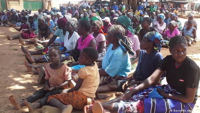 Mosambik, Manica, Dorfbewohner wohnen Aufklärungskampagne zum Thema Kinderehe bei.