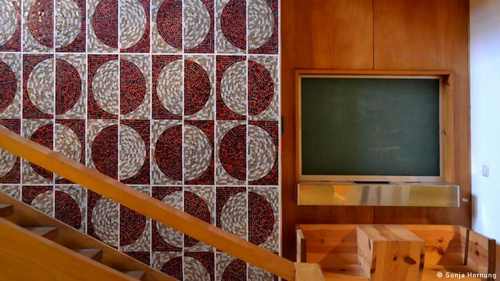 Wooden panelling and staircase with a mosaic wall and a blackboard (Sonja Hornung)