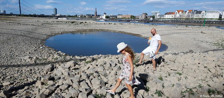 As margens do Reno na Alemanha: rio seco como raras vezes de viu