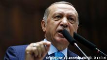 24.07.2018+++Ankara, Türkei+++ Recep Tayyip Erdogan, Staatspräsident der Türkei, spricht vor dem türkischen Parlament. Der türkische Staatspräsident Erdogan hat Israel als den «zionistischsten, faschistischsten und rassistischsten Staat der Welt» bezeichnet. Hintergrund der Äußerungen Erdogans ist das «Nationalitätsgesetz», das Israel vergangene Woche verabschiedet hat. Foto: Burhan Ozbilici/AP/dpa +++ dpa-Bildfunk +++ |