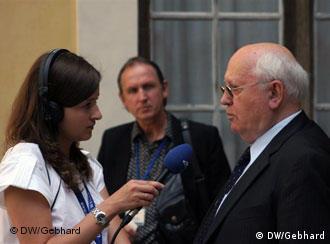 Михаил Горбачев беседует с журналисткой