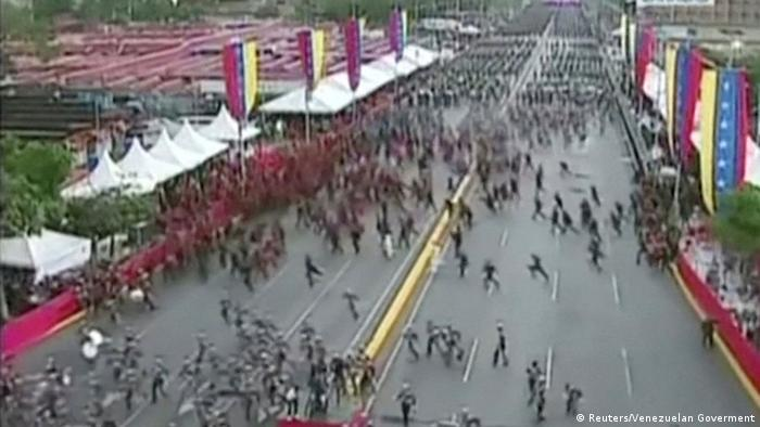 Correria na parada militar após som de tiros
