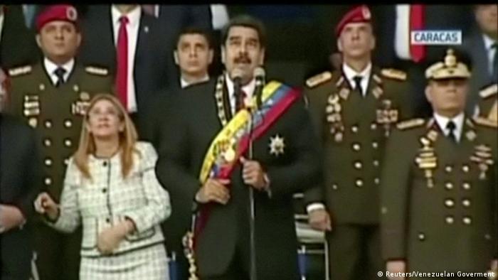 O momento da primeira explosão, mostrada pela TV estatal