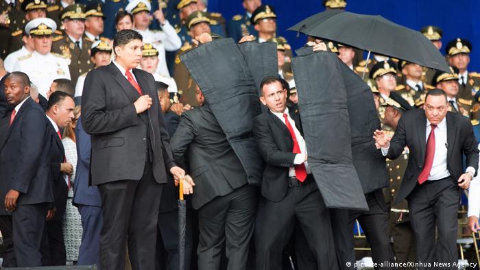 Seguranças tentam proteger Maduro