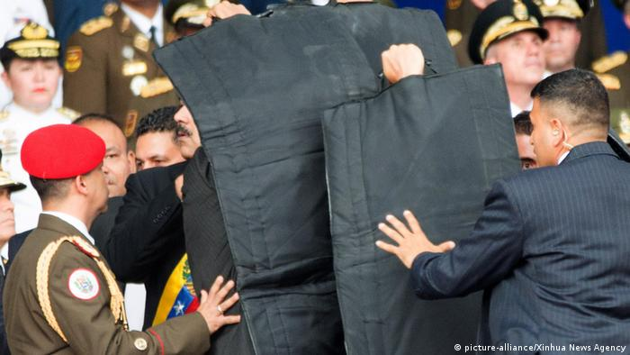 Venezuela | Sicherheitskräfte schirmen Präsident Madura ab (picture-alliance/Xinhua News Agency)