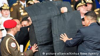 Οι σωματροφύλακες καλύπτουν τον Μαδούρο με αλεξίσφαιρες κουβέρτες