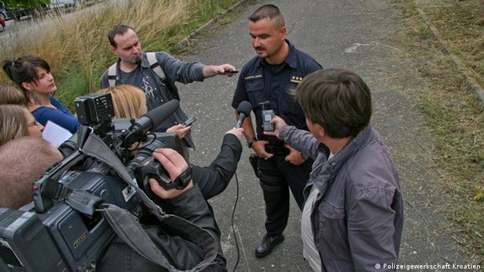 Polizeigewerkschaft Kroatien   Polizist im Gespräch mit Journalisten