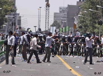 صحنهای از ناآرامیهای سال ۱۳۸۸. آیا این بار بحران گرانی زمینهساز ناآرامیها خواهد شد؟