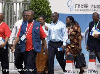 African traders arrive for the 104th China Import and Export Fair, known as Canton Fair, in Guangzhou city, south Chinas Guangdong province, October 15, 2008. Trade between China and Africa reached a record 106.84 billion U.S. dollars in 2008, up 45.1 percent from a year earlier, customs figures showed Wednesday (February 11, 2009). Exports to Africa reached 50.84 billion U.S. dollars, up 36.3 percent. Imports from Africa hit 56 billion U.S. dollars, up 54 percent. Foto: Wang kai sh/Imaginechina +++(c) dpa - Report+++ ### Verwendung nur in Deutschland, usage Germany only ###