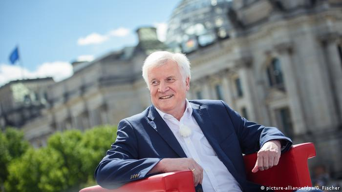 Seehofer sits in a chair in front of the Bundestag (picture-alliance/dpa/G. Fischer)