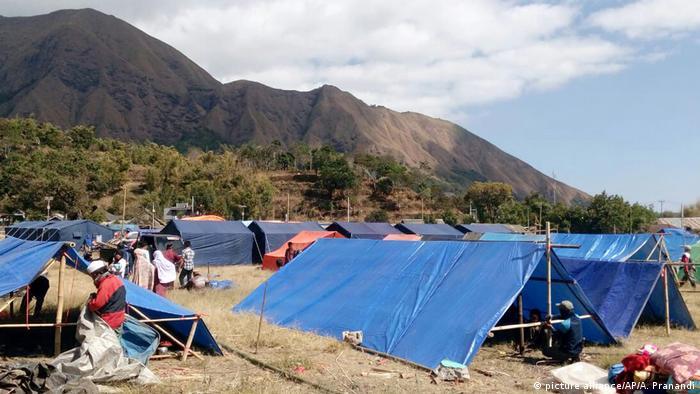 Indonesien nach dem Erdbeben in Lombok Notunterkünfte (picture alliance/AP/A. Pranandi)