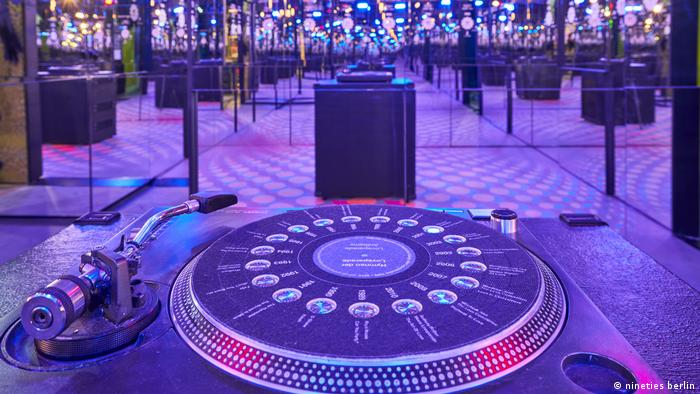 Celebrity Beauty: Ancient story turntable in a darkened room with mirrors conjures up a club ambiance on the exhibition Nineties Berlin (nineties berlin)
