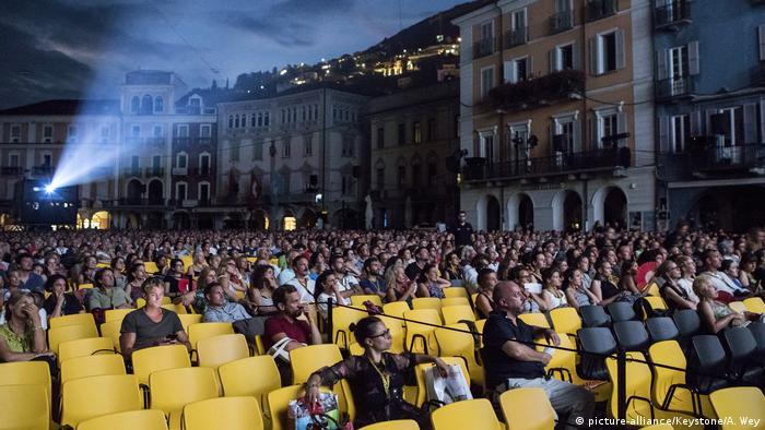 Schweiz Locarno Filmfestival: der große Platz während einer Kino-Vorführung