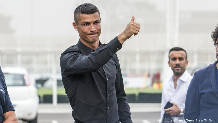 Italien Cristiano Ronaldo in Turin (picture-alliance/Zuma Press/S. Guidi)