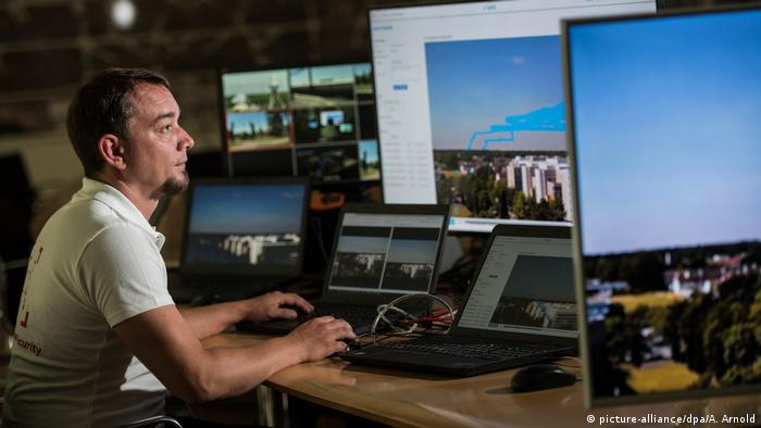 Man sitting at a computer demonstrating how to combat drones (picture-alliance/dpa/A. Arnold)