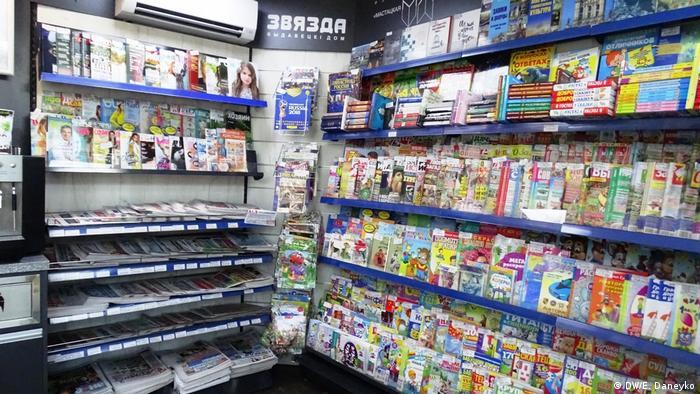 Weißrussland Zeitung in einem Kiosk in Minsk
