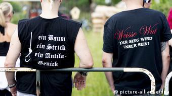 Участники правоэкстремистского фестиваля. Слева на майке написано: Дерево, петля, шея антифашиста