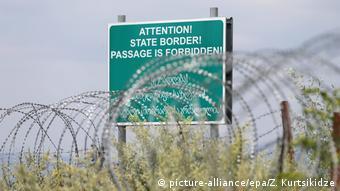Колючая прволока на границе автономной республики Южная Осетия с остальной Грузией