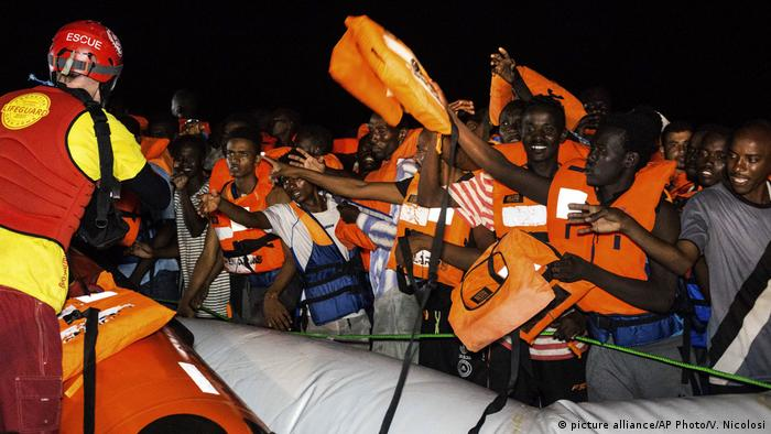 Migrants being rescued in the Mediterranean (picture alliance/AP Photo/V. Nicolosi)