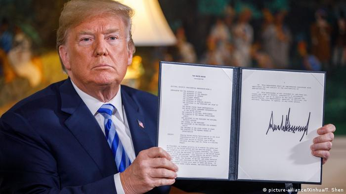 Donald Trump signing the withdrawal from the nuclear deal with Iran in May 2018 (picture-alliance/Xinhua/T. Shen)