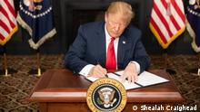 USA Bedminster Donald Trump unterzeichnet Iran Sanktionen