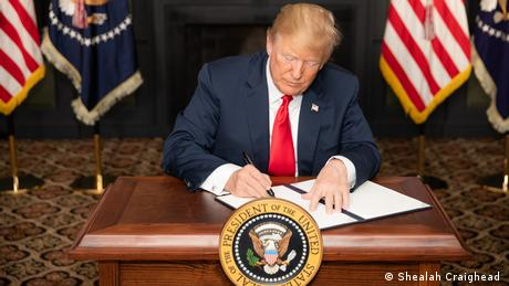US President Donald Trump signs an EO on Iran sanctions (Shealah Craighead )