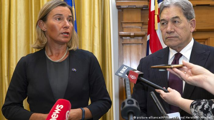 The EU's foreign policy chief, Federica Mogherini, with New Zealand foreign minister, Winston Peters (picture-alliance/AP/New Zealand Herald/M. Mitchell)