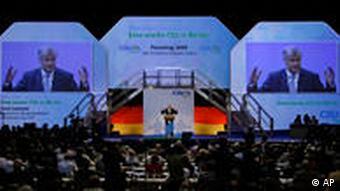 Saal mit Zuschauern und Tribüne (Foto: AP)