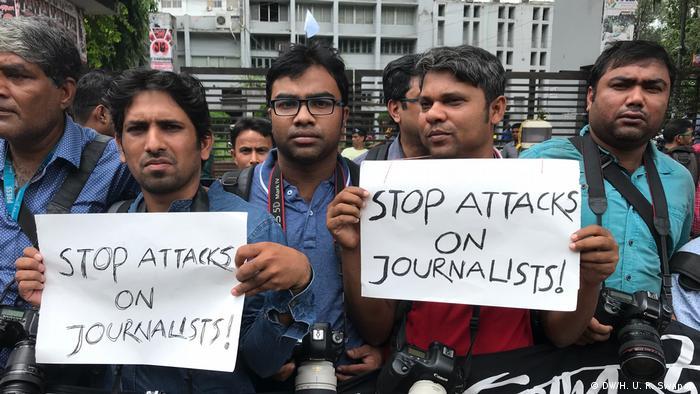 Dhaka - Journalisten protestieren am Dienstag in Dhaka gegen Angriffe