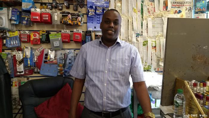 A Somali shopkeeper in Bristol helps contribute to the community with his business (DW/E. Wallis)