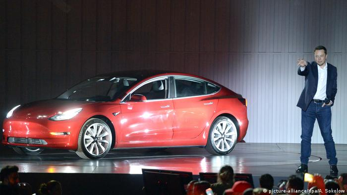 Elon Musk mit Tesla-Modell (picture-alliance/dpa/A. Sokolow)