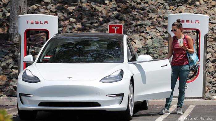 На зарядній станції Tesla Supercharger