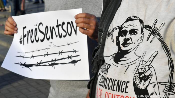 Плакат и футболка с призывами освободить Олега Сенцова