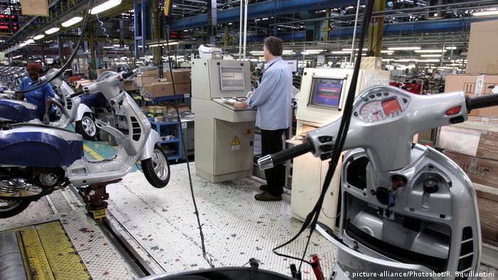 Italien   Arbeiter in Piaggio Fabrik (picture-alliance/Photoshot/R. Squillantini)