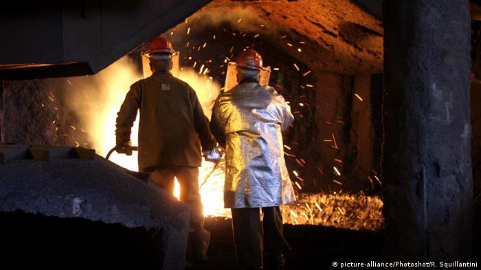 Italien workers in a steel mill (picture-alliance/Photoshot/R. Squillantini)