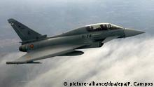 ***Archivbild*** epa04246660 (FILE) A file photo dated 20 April 2007 of a Spanish Air Force Eurofighter flying over the military base of Moron de la Frontera, province of Seville, southern Spain. The pilot of a Eurofighter combat jet was killed 09 June 2014 after his plane crashed short of an air force base runway in southern Spain, the Spanish news agency Efe reported, citing military sources. The crash occurred as the jet was coming into land after a routine flight from the Moron de La Frontera air force base, which is jointly operated by Spain and the United States. The accident marks the third crash by a Eurofighter in Spain since 2005. EPA/PACO CAMPOS +++(c) dpa - Bildfunk+++ |