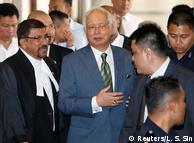 Екс-прем'єр Малайзії Наджиб Разак виходить з зали суду в Куала-Лумпурі (фото з архіву)