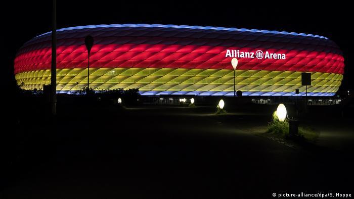Мюнхенская Allianz Arena, подсвеченная в цвета флага Германии