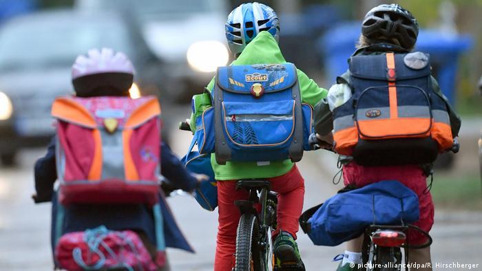 روز دوشنبه کلاسهای درس در بسیاری از دبستانهای آلمان، بهویژه در ایالت نوردراین-وستفالن و در بخشهایی از ایالتهای بایرن، برمن، نیدرزاکسن و هسن تعطیل شد. در ایالت بادن-وورتمبرگ والدین اختیار داشتند که در صورت احساس خطر، مانع رفتن فرزندان خود به دبستان شوند.