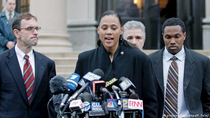 Olympic Track Gold Medalist Marion Jones (C) speaks to the media outside of U.S. District Court in White Plains after sentencing on charges that she lied to investigators about her role in performance-enhancing drug use and check-fraud scheme, in New York USA 11, January 2008. (Photo: picture-alliance/epa/P. Foley)