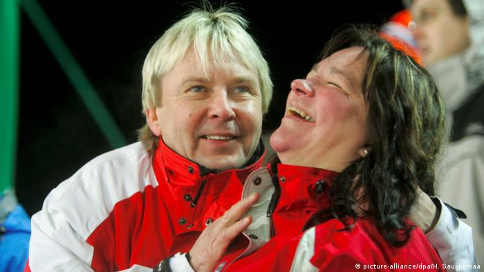 Matti Nykänen with his then-wife Mervi Tapola in Pragelato, watching the 2006 Winter Olympic ski jumping. (Photo: picture-alliance/dpa/H. Saukkomaa)
